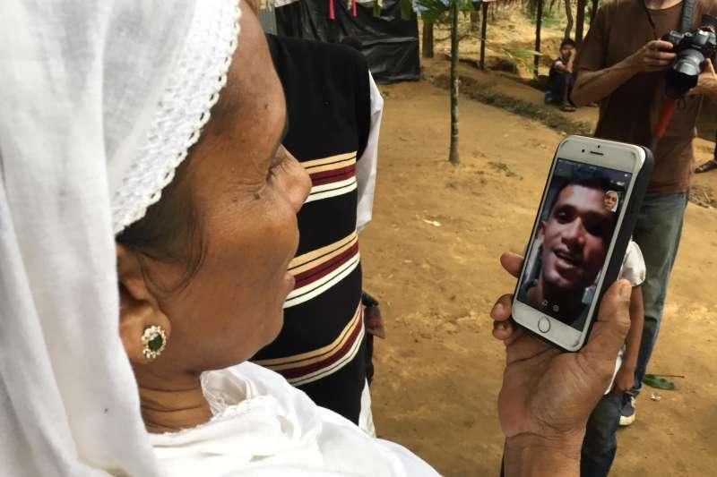 獨立記者楊智強2017年底前往孟加拉羅興亞難民營採訪,讓貌貌蘇母親以手機和遠在泰國的貌貌蘇相會。(楊智強提供)
