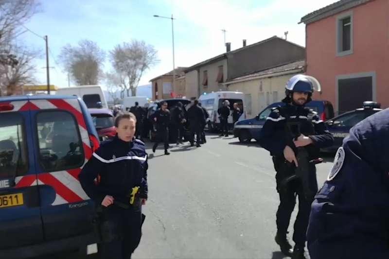 法國南部小鎮特雷貝驚傳恐攻,宣稱效忠伊斯蘭國的兇嫌衝入超市開槍。(AP)
