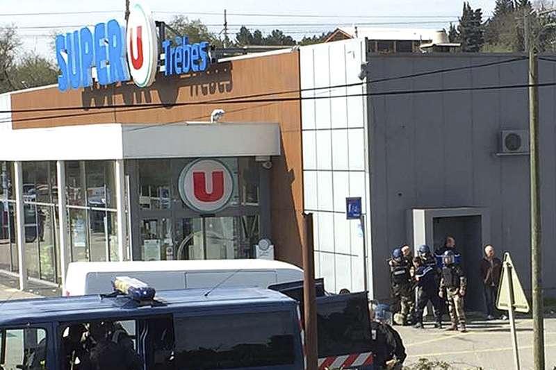 法國南部小鎮特雷貝驚傳恐攻,一名宣稱效忠伊斯蘭國的兇嫌衝入超市開槍。(AP)