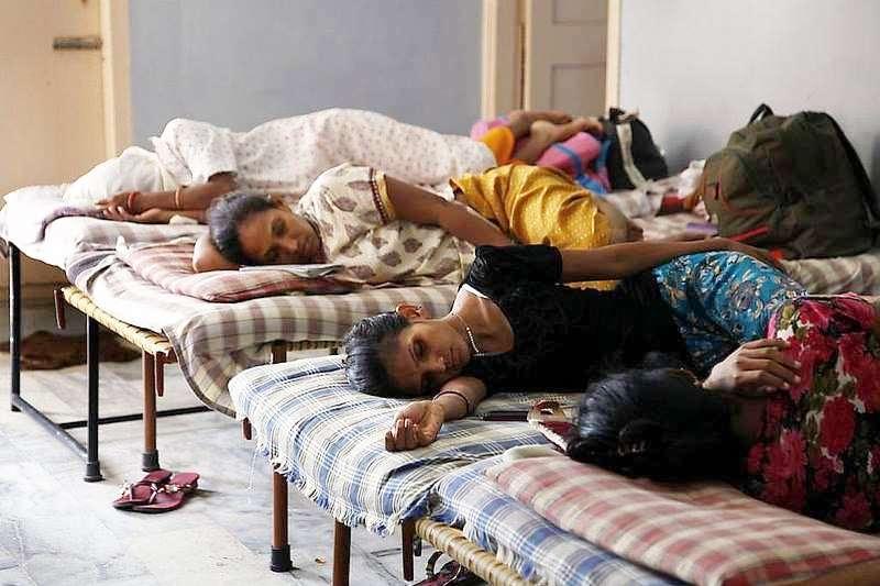 地球另一端的有錢人家開心慶祝新生兒到來,但在印度,這些代孕媽媽卻得日夜忍受生產帶來的疼痛。(圖/言人文化提供)