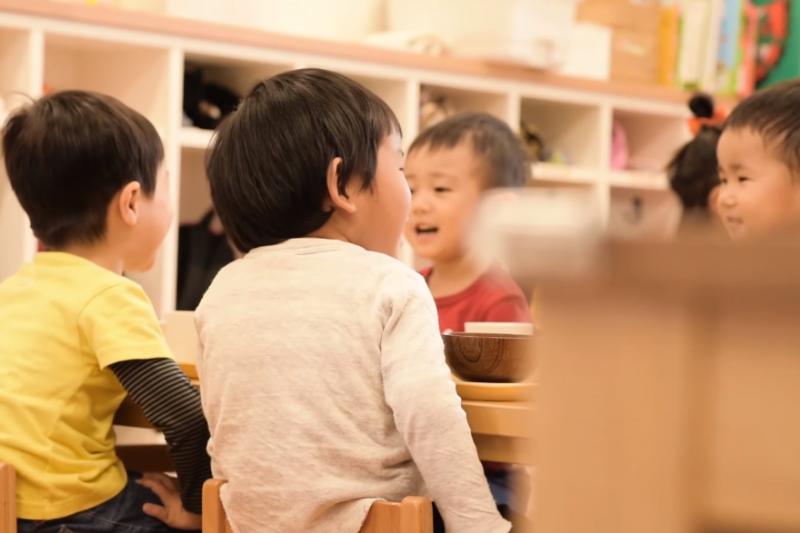 不管是私人保母或托育中心,寶寶是父母心頭肉,親師間合作才能讓托育環境更安心。(示意圖非本人/翻攝自youtube)