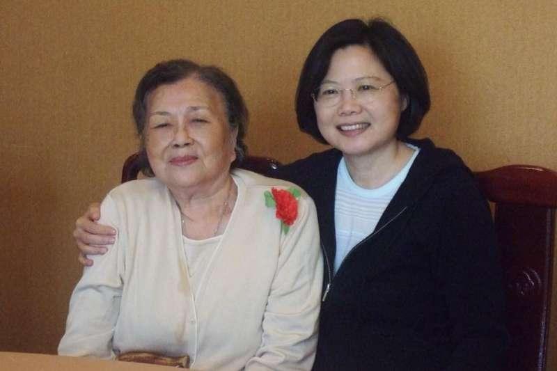 蔡總統接受專訪時,看到一張與母親的合照,讓她忍不住紅了眼眶。(資料照,取自蔡英文臉書)