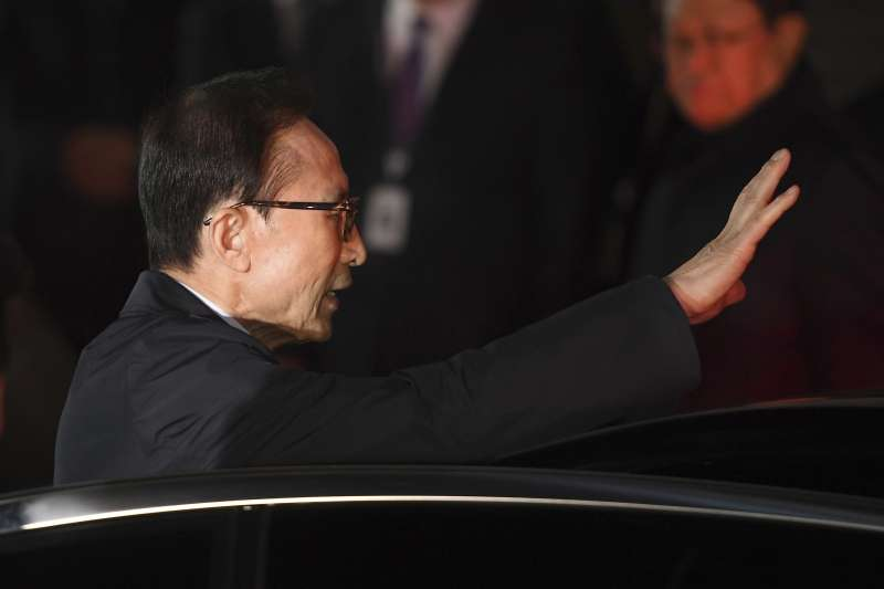 2018年3月22日,南韓前總統李明博因涉嫌貪污、逃稅遭到逮捕(AP)