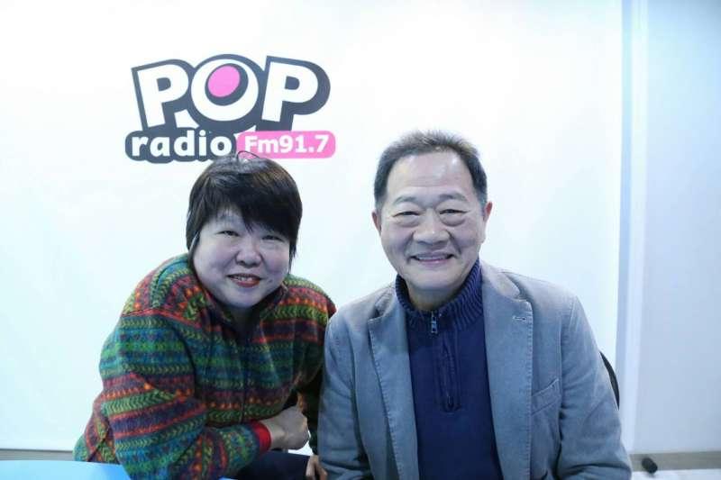 有意參選台北市長的台大教授李錫錕,23日上廣播節目,接受主持人黃光芹專訪。(pop radio提供)