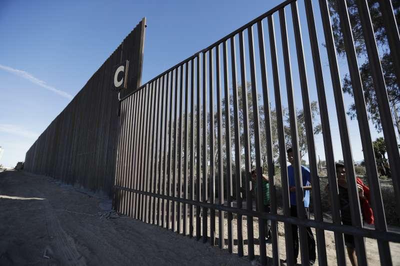 美國與墨西哥邊界,美墨邊界隔離牆(AP)