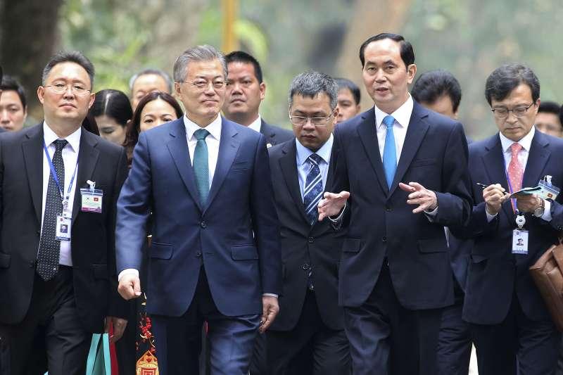 2018年3月,南韓總統文在寅對越南進行國是訪問,會晤越南國家主席陳大光(AP)