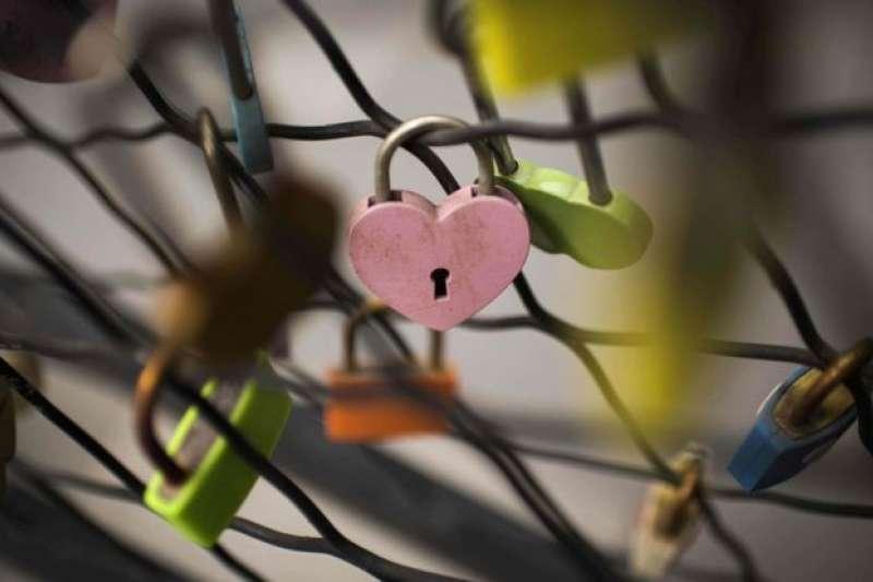 一對年輕香港情侶同遊台灣,原本要歡度情人節,男方卻將女方殺害並裝在粉紅色行李箱中棄屍。(BBC中文網)