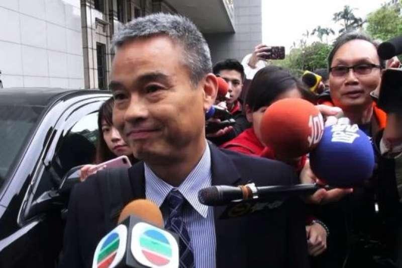 香港詹姓警司出席記者會被媒體包圍。(BBC中文網特約記者鄭仲嵐攝)