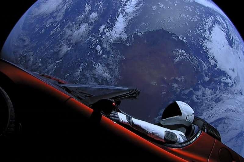 SpaceX公司於今年2月成功發射現役最強火箭「重型獵鷹」(Falcon Heavy),將特斯拉敞篷車送上外太空。(Official SpaceX Photos@Flickr/Public Domain)