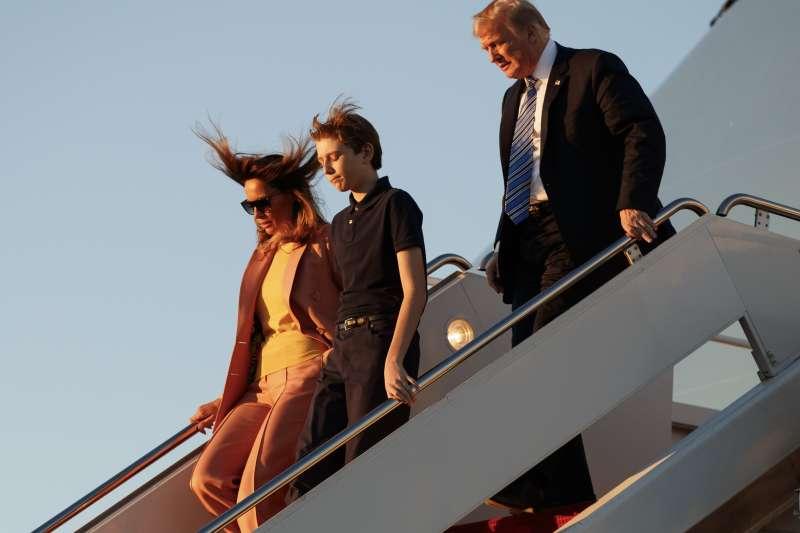 美國總統川普帶著妻小到佛羅里達州西棕櫚灘度假,對於校園槍擊案倖存者要求槍管不予回應(AP)