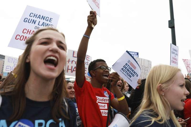 美國「為生命而走」大遊行:百萬群眾上街要求執行槍枝管制(AP)
