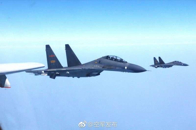 中國空軍發言人申進科25日表示,中國空軍近日出動轟-6K、蘇-30等多架戰機飛越宮古海峽,前出西太平洋開展實戰化軍事訓練(微博)