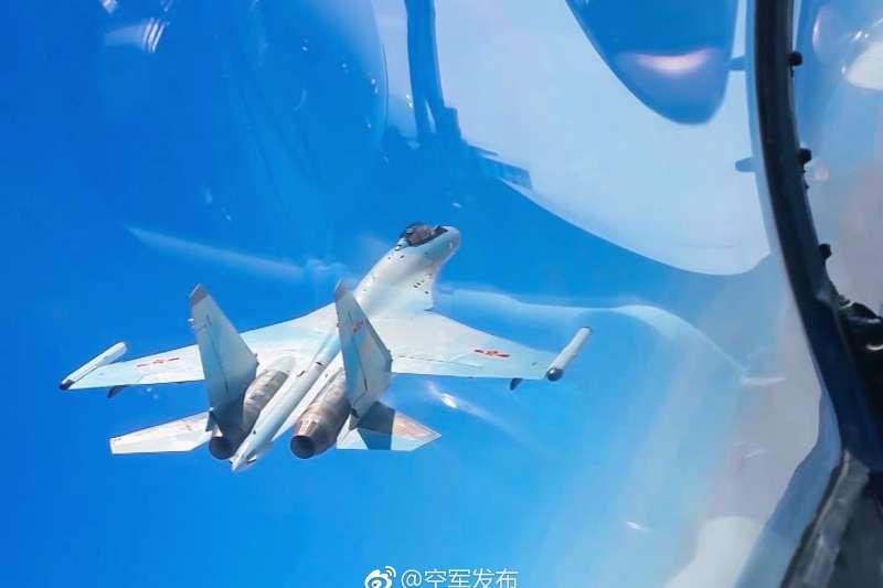 中國空軍近日出動轟-6K、蘇-30等多架戰機飛越宮古海峽,前出西太平洋開展實戰化軍事訓練(微博)