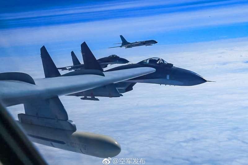 中共解放軍空軍日前透過官方微博,發佈軍機飛經宮古海峽進行遠訓的照片。(取自「空軍發布」微博)