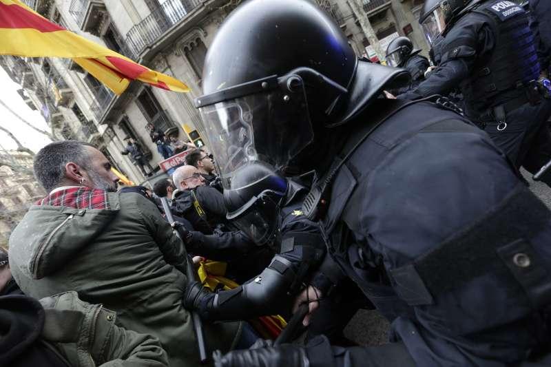 加泰隆尼亞自治區前主席普吉德蒙遭到逮捕,上萬名獨派支持者走上街頭,與警方發生衝突。(美聯社)