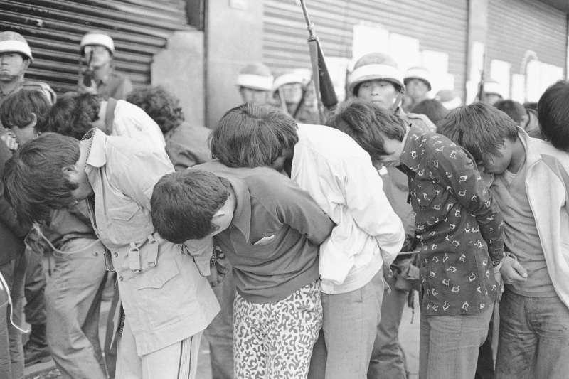 1980年5月27日,南韓軍人逮捕參與「光州民主化運動」的學生(美聯社)