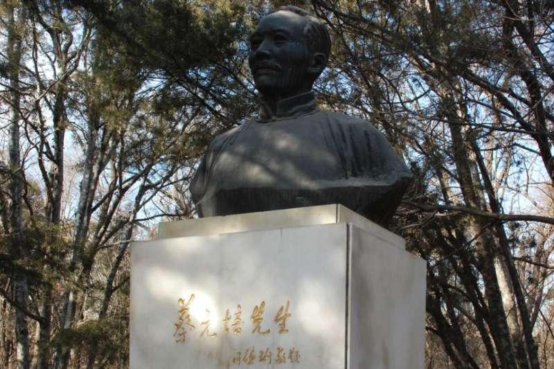 北京大學校園內老校長蔡元培之像。蔡元培提倡學術自由、教育自由、思想自由,而今北京大學被認為大反其道。(美國之音)