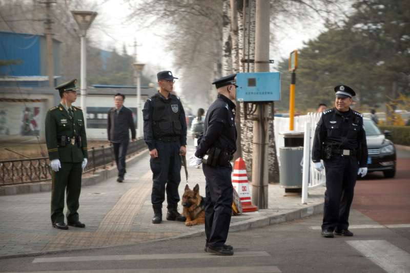 北韓高層官員26日已抵達中國北京,據傳可能是北韓最高領導人金正恩,北京公安27日在接待外賓的釣魚台迎賓館外嚴加戒備。(AP).jpg