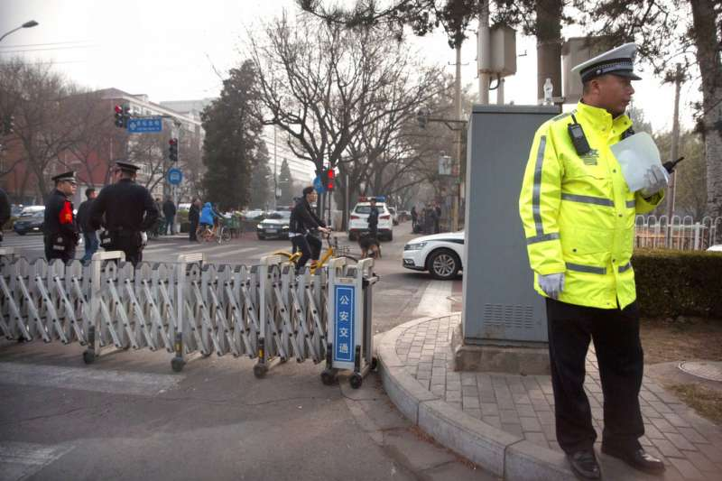 北韓高層官員26日已抵達中國北京,據傳可能是北韓最高領導人金正恩,北京公安27日在接待外賓的釣魚台迎賓館外嚴加戒備。(AP)