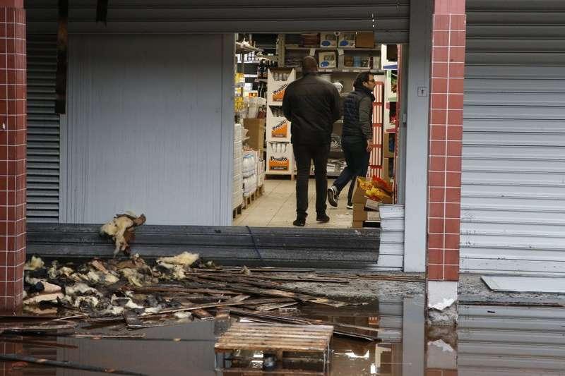 法國「Kosher」超商遭人蓄意縱火。(美聯社)