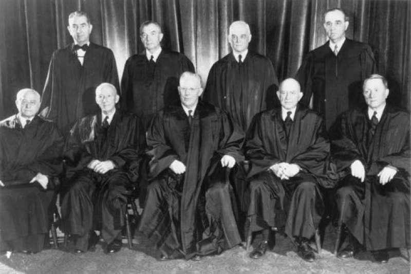 1954年5月17日,聯邦最高法院9位大法官對「布朗訴教育局案」做出歷史性判決(Wikipedia / Public Domain)