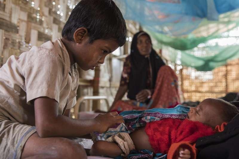 胡梅拉和她的孩子。三個半月大的女兒營養不良、身體虛弱。(MSF223624 ©Anna Surinyach)