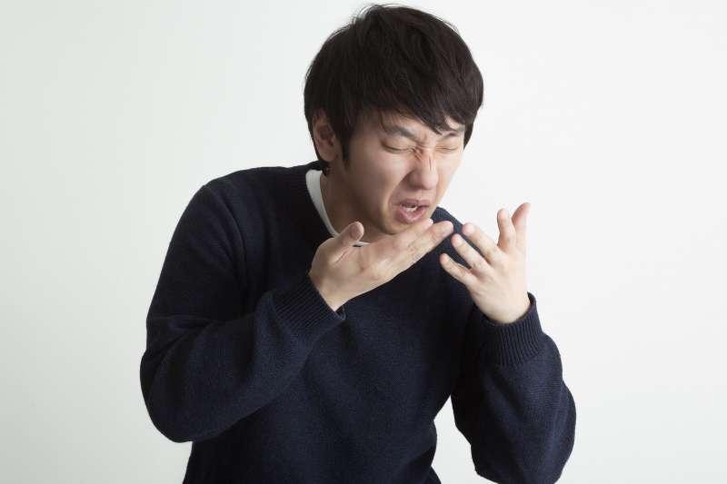 胃食道逆流是困擾許多男女的疾病,其實這就是胃裡酸性內容物反覆逆流刺激食道,造成各種身體不適。(示意圖非本人/大川竜弥@pakutaso)