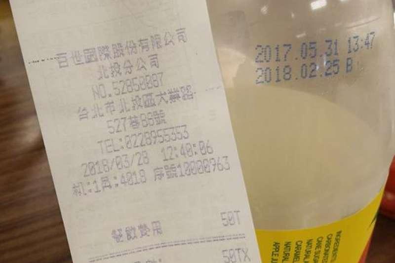 北投捷運園區餐廳胡同大媽販售過期一個多月的飲料給消費者,引發糾紛。(圖片取自讀者臉書)