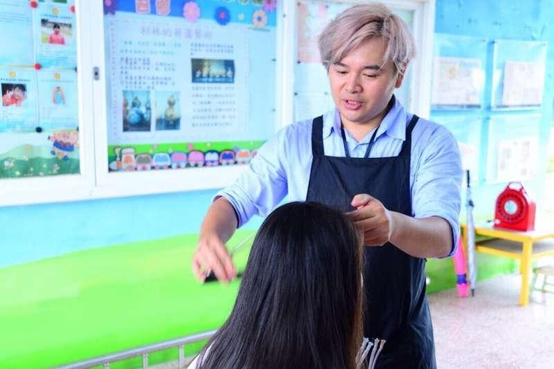 無償進偏鄉義剪八年,髮型師大作甘之如飴,不僅不曾喊累,甚至有時還會懊惱自己沒有更多的時間、更多的金錢去幫助那些孩子們。(圖/大作提供)