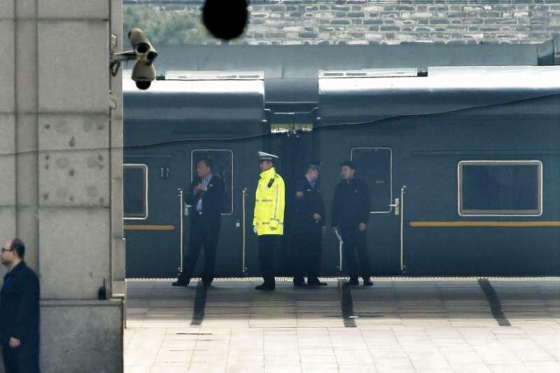 被認為是載運金正恩前往北京的神秘綠色火車。(美聯社)