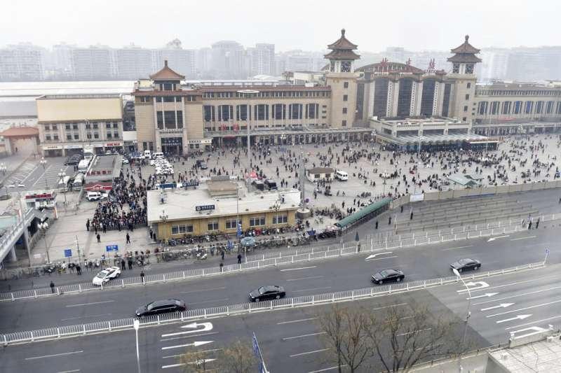 大批武警護送黑頭車隊,讓外界紛紛猜測是金正恩到訪。(美聯社)