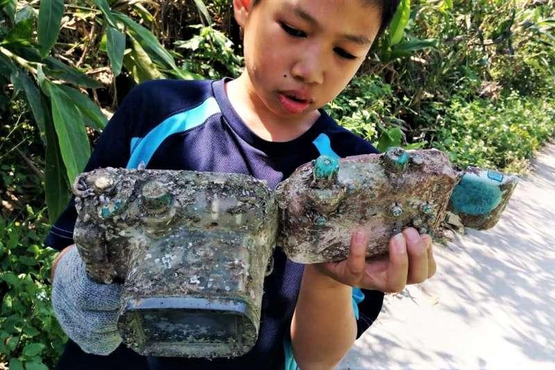 日本相機海中奇幻漂流近3年,被蘇澳岳明國小淨灘的學生撿到,一打開竟然還有電,且照片都在、功能都完好。(圖/取自Park Lee臉書)