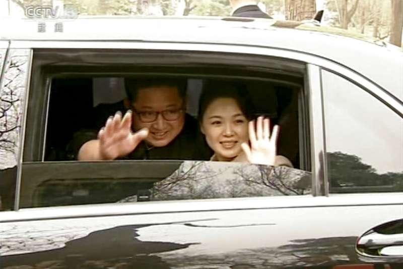 金正恩與李雪主訪問中國時,向媒體揮手致意。(美聯社)