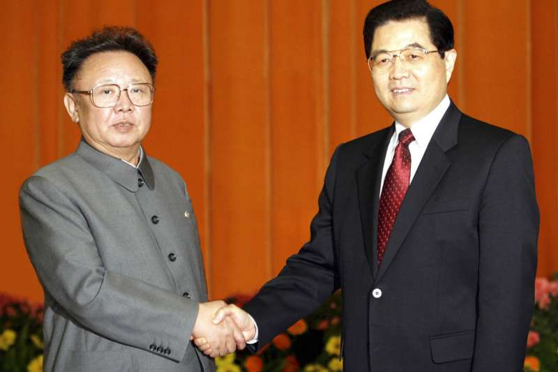 胡錦濤與金正日2006年曾在北京人民大會堂會面。(美聯社)
