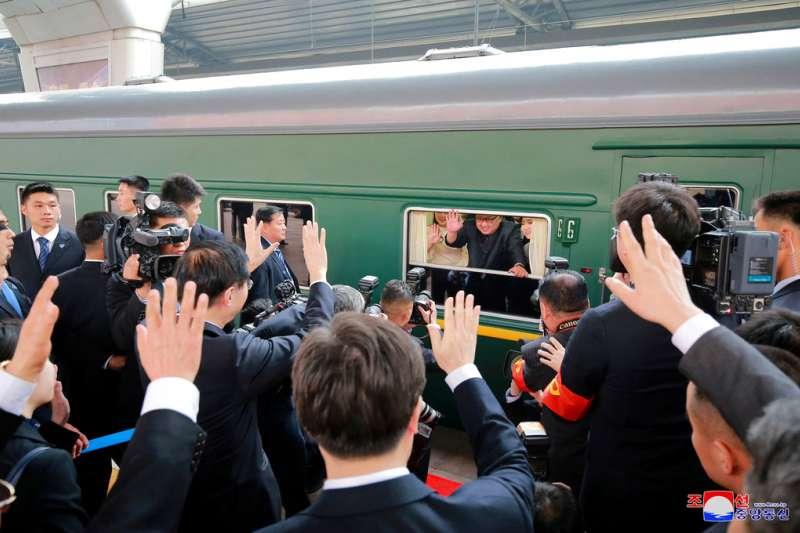 搭乘專列訪問北京的金正恩。(美聯社)
