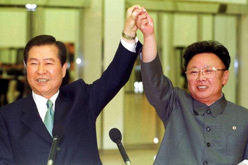 2000年6月14日,南韓總統金大中與北韓領導人金正日在平壤舉行第一次南北韓峰會。(美聯社)