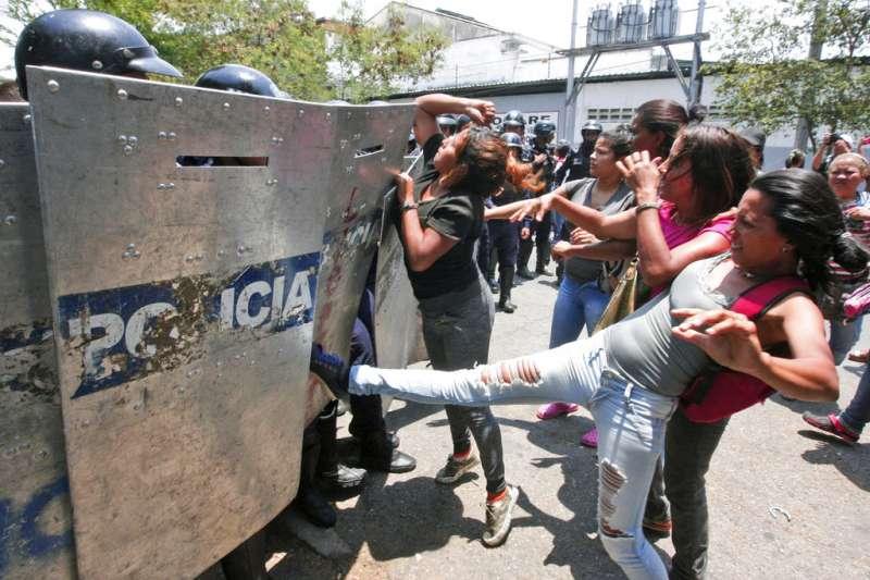 委內瑞拉警局拘留所28日爆發大火,造成68人死亡,心急如焚的家屬控訴政府未提供最新資訊,與警方爆發衝突。(AP)
