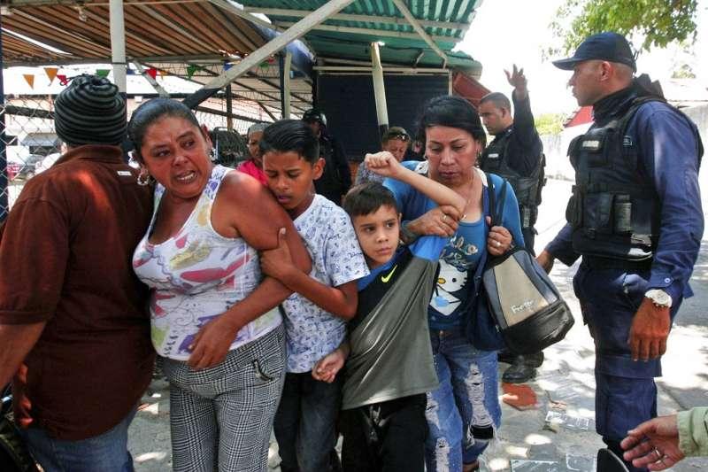 委內瑞拉警局拘留所28日爆發大火,造成68人死亡,囚犯家屬心急如焚。(AP)