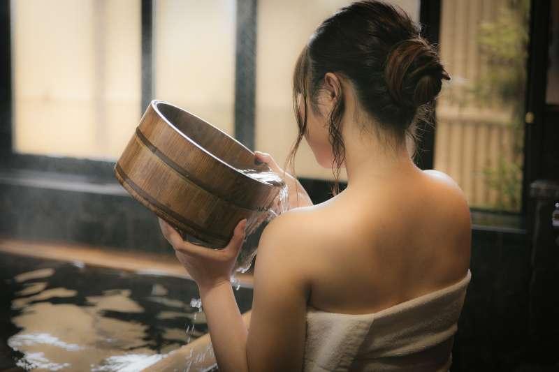洗澡水溫會影響血壓,醫師提醒高血壓患者務必注意,不然血壓驟升驟降非常危險。(圖/pakutaso)