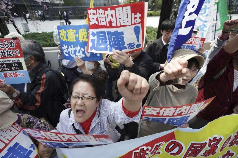 日本首相安倍晉三捲入「森友學園」「地價門」醜聞風暴,大批民眾在國會外面抗議(AP)