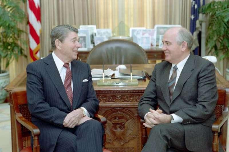 1987年12月,時任美國總統雷根(左)與時任蘇聯總書記戈巴契夫(右)曾在華府舉行高峰會。南韓解密外交文件揭露,北韓曾透過戈巴契夫,向美國傳達兩韓和平統一的提案。(Wikipedia / Public Domain)