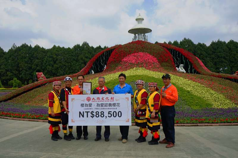 九族文化村舉行「櫻為愛」認養活動,捐贈88,500的善款給陳綢阿嬤少年家園。(圖/九族文化村提供)