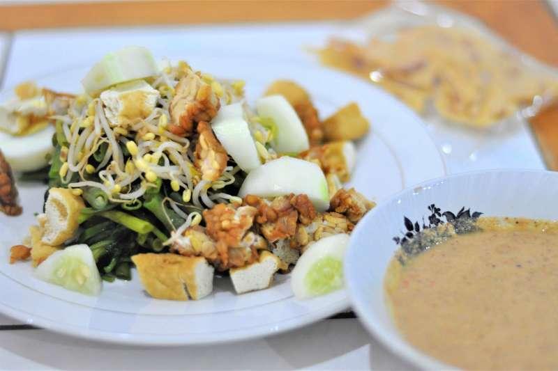 印尼國民沙拉「加多加多」清爽、健康又飽足,在眾多重口味的印尼料理中別樹一格,擄獲許多饕客的味蕾。(圖/取自wikimedia)