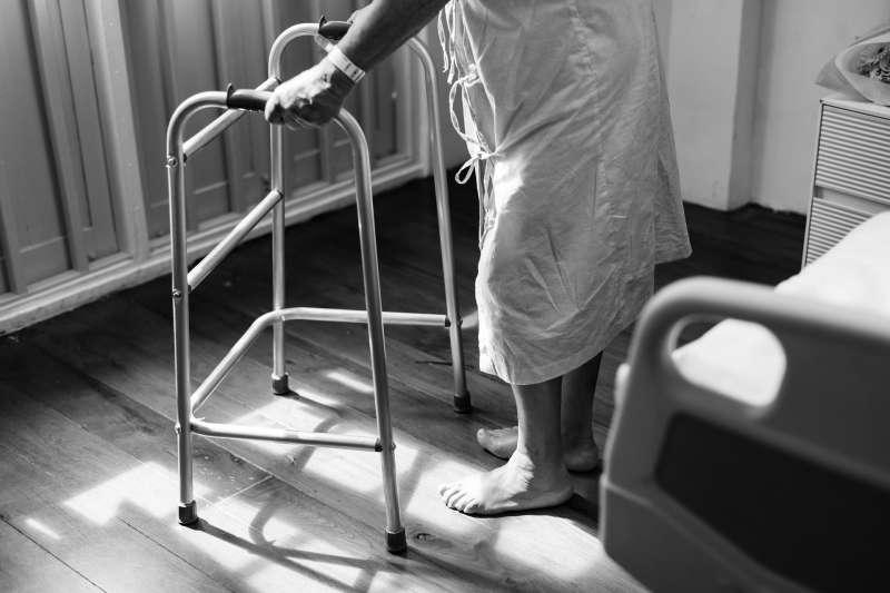 醫院、病患、護理人員、銀髮族、長照、長期照護、長期看護。(rawpixel@pixabay)