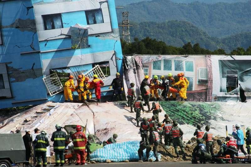 新竹縣民安4號實兵演練模擬強震導致建築物傾斜倒塌,官民全力動員搶救。(圖/六福村主題遊樂園提供)