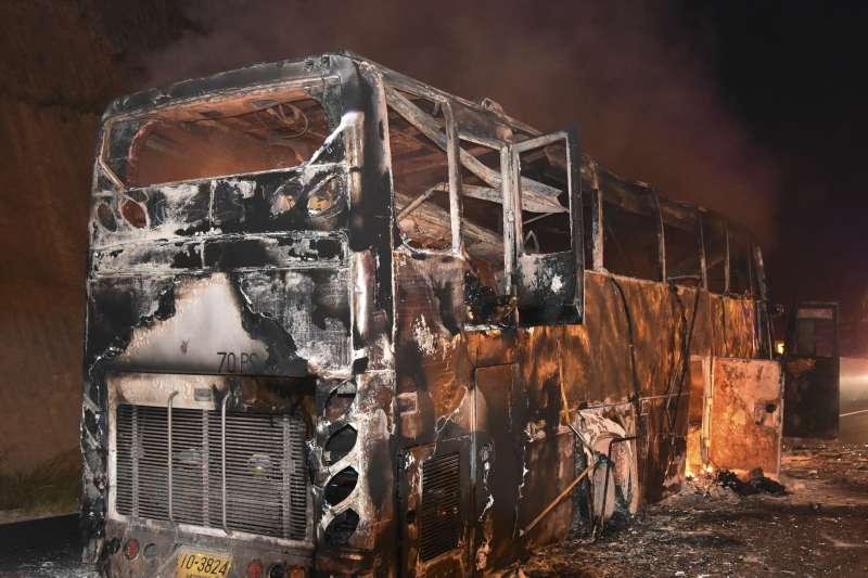 台灣師大等5所大學的31名學生、1名領隊赴泰國畢業旅行,所乘車輛昨(20)日不明原因起火,幸無人受傷。圖中巴士非事故車輛。(資料照,美聯社)