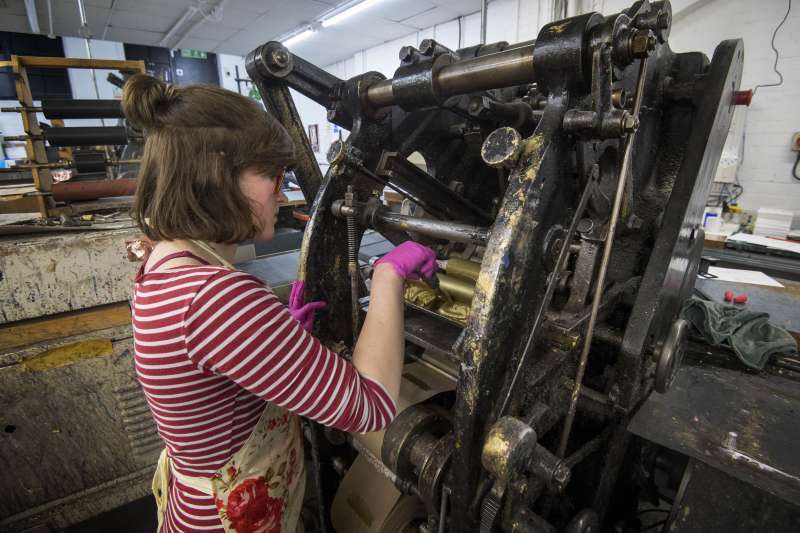 倫敦印刷大廠「Barnard & Westwood」負責印製哈利王子的喜帖(美聯社)