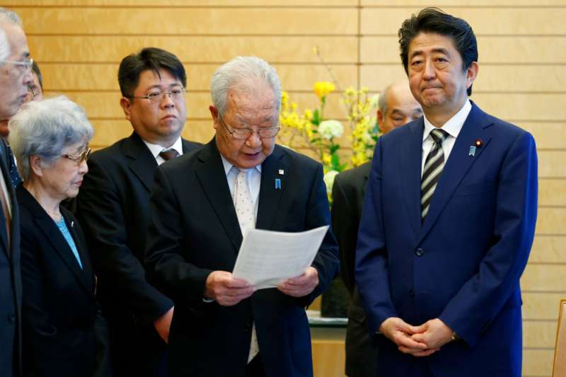 安倍晉三30日在總理官邸接見(中)飯冢成夫,北韓宣稱他1978年被綁架的妹妹田口八重子已在北韓的一場車禍中死亡。(美聯社)