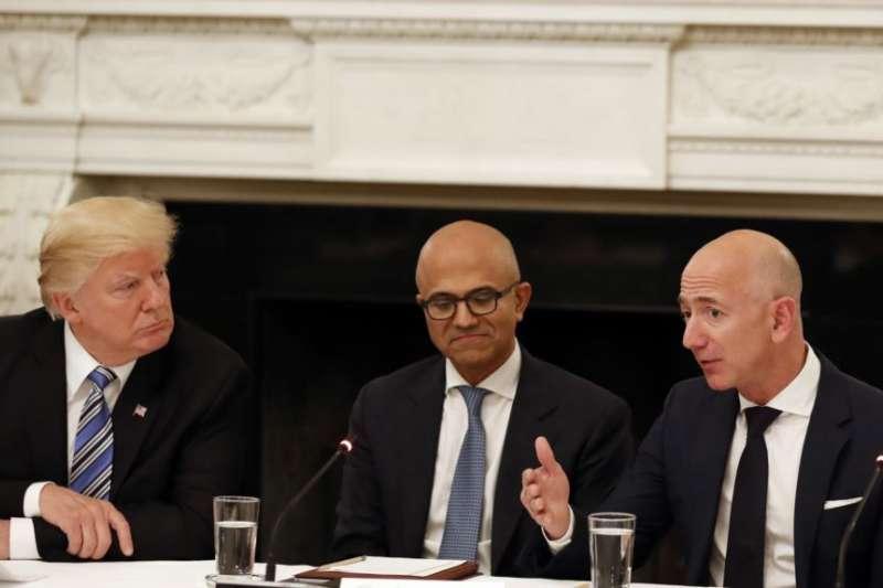 川普總統(左)、微軟CEO薩蒂亞・納德拉(中)和亞馬遜CEO貝佐斯(右)在白宮舉行的一次美國科技顧問圓桌會議上。(美國之音)