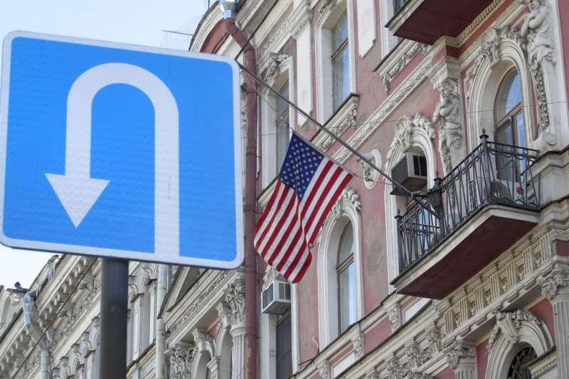 俄羅斯29日宣布,將驅逐60名美國外交官,圖為美國在聖彼得堡的總領事館。(AP)